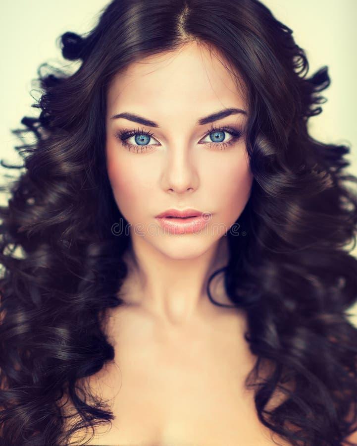Model van het portret het mooie meisje met lang zwart gekruld haar royalty-vrije stock afbeeldingen