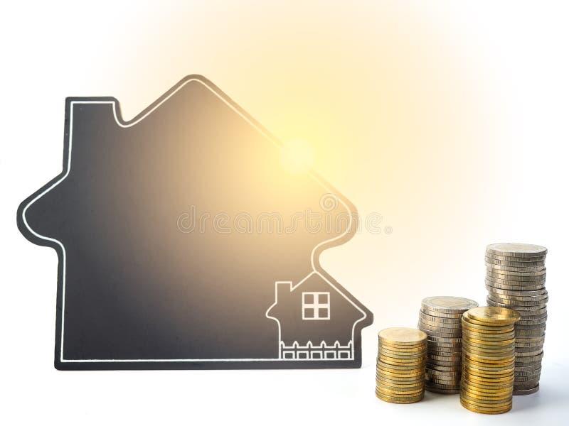 Model van huis met muntstukken royalty-vrije stock foto's