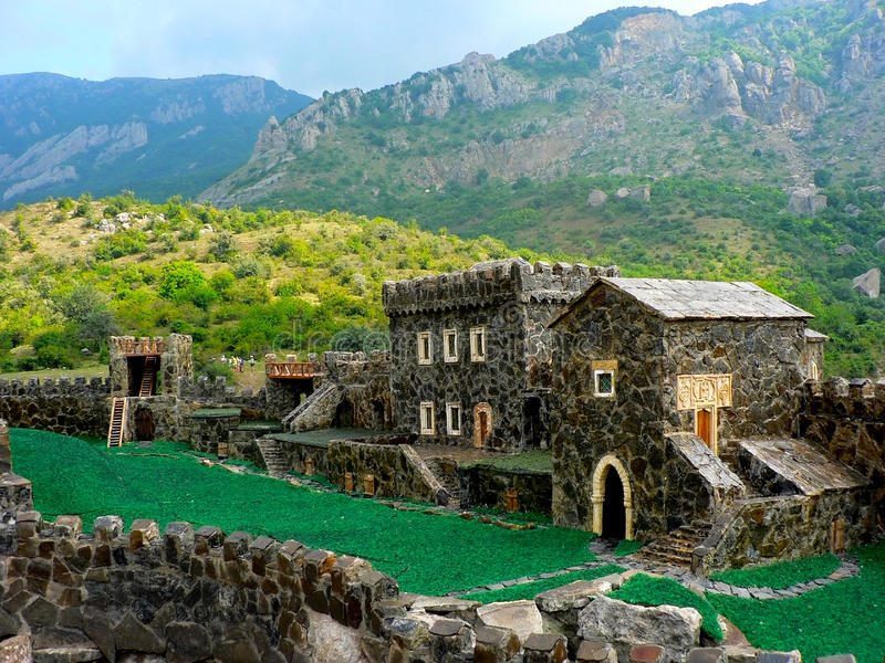 Model van middeleeuws kasteel in echte bergen stock fotografie