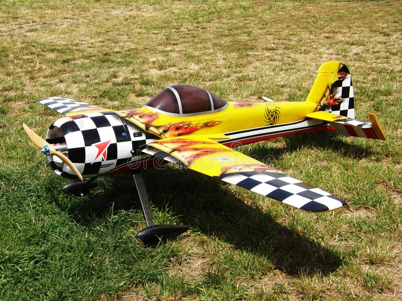 Model van radio gecontroleerde vliegtuigen met een propeller geel met zwarte vierkanten op de vleugels stock foto's