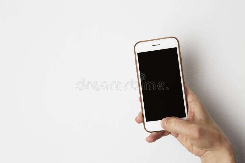 Model van smartphone met het lege zwarte scherm die mannelijke hand houden De zaken hebben lege modelachtergrond voor bericht bez stock afbeelding