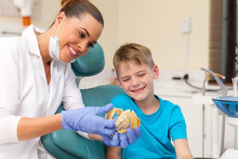 model van tandarts het geduldige tanden stock afbeeldingen