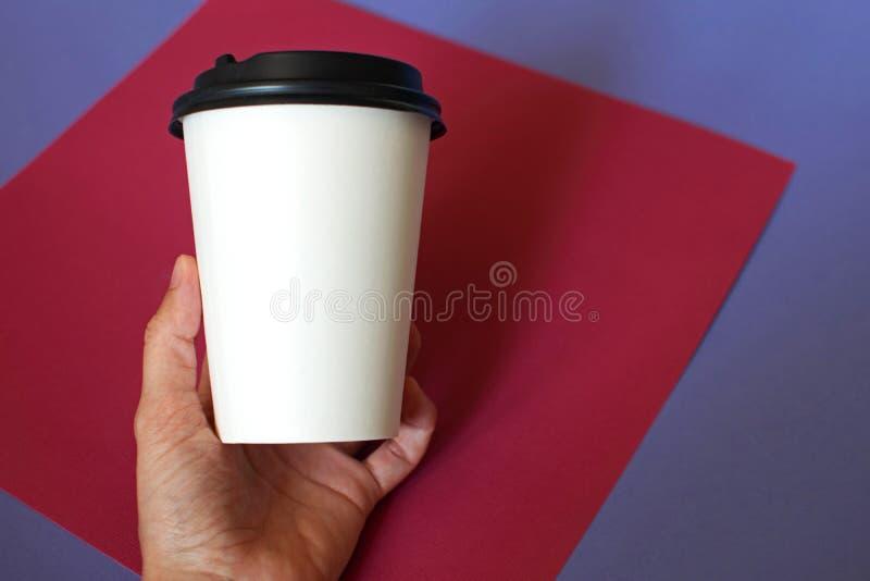 Model van vrouwelijke hand die een koffiedocument kop houden royalty-vrije stock foto's