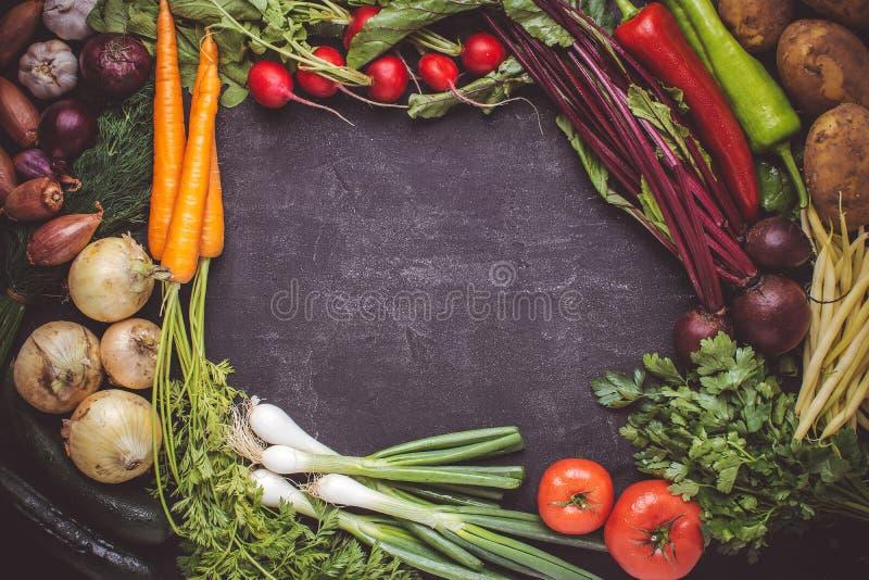 Model voor Menu of Recept met Verse Groenten op Donkere Achtergrond Vegetarisch ruw voedsel stock fotografie