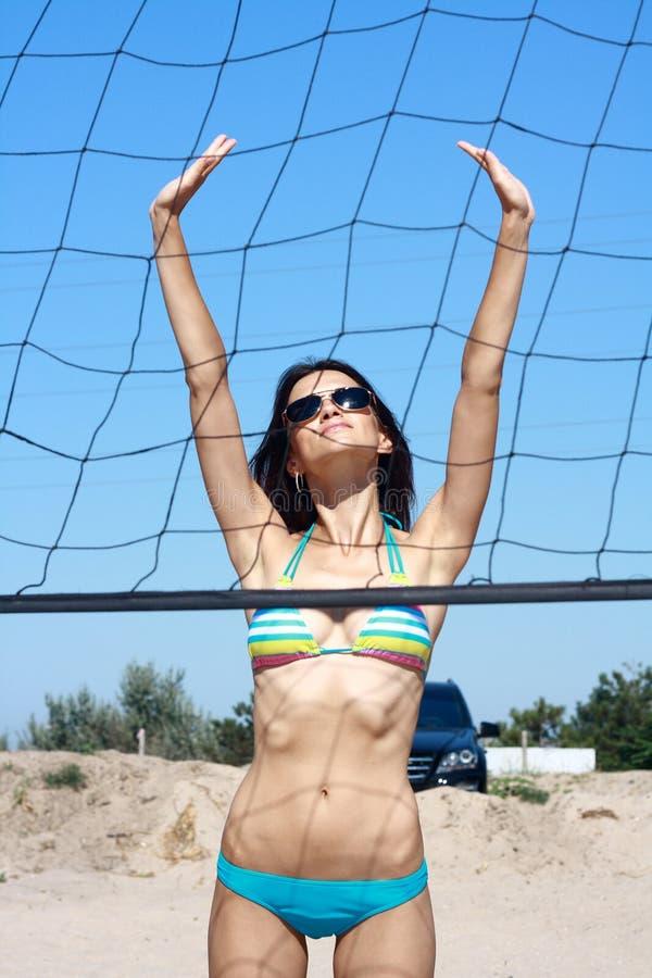 Model w okulary przeciwsłoneczne na siatkówce platforma fotografia royalty free