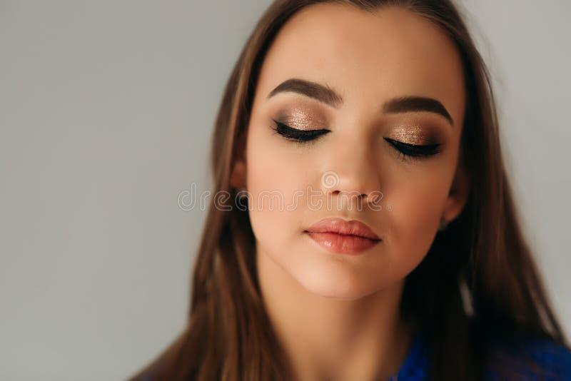 Model zamykał ona pokazywać ona makeup oczy obraz stock
