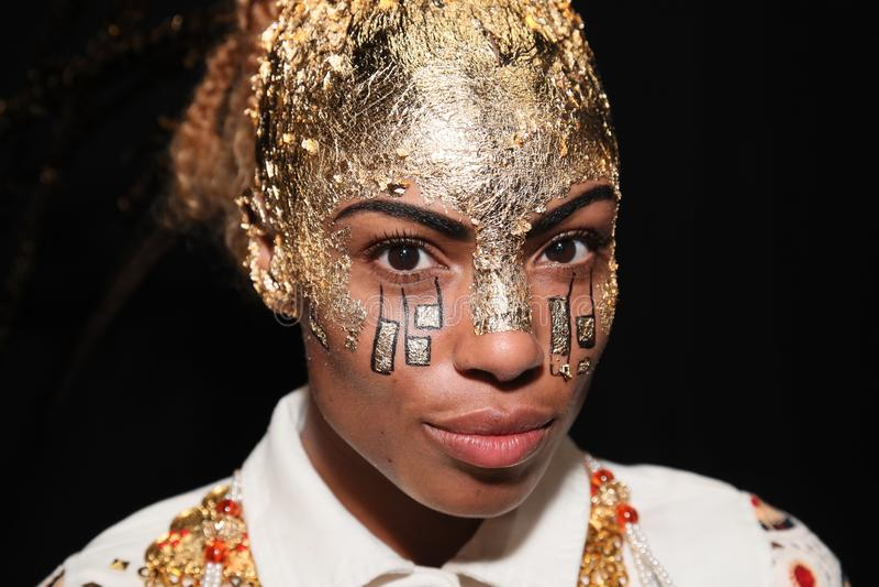 Modela pozować zakulisowy przed Desigual pokazem mody fotografia royalty free