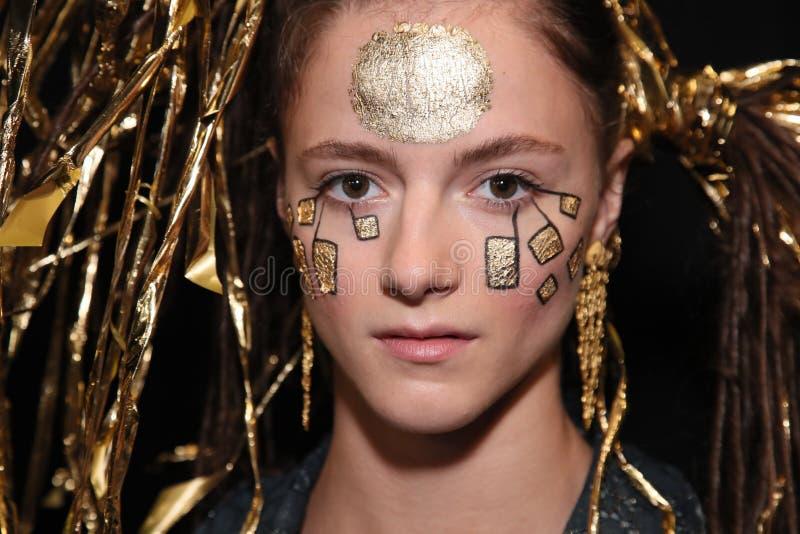 Modela pozować zakulisowy przed Desigual pokazem mody zdjęcie royalty free