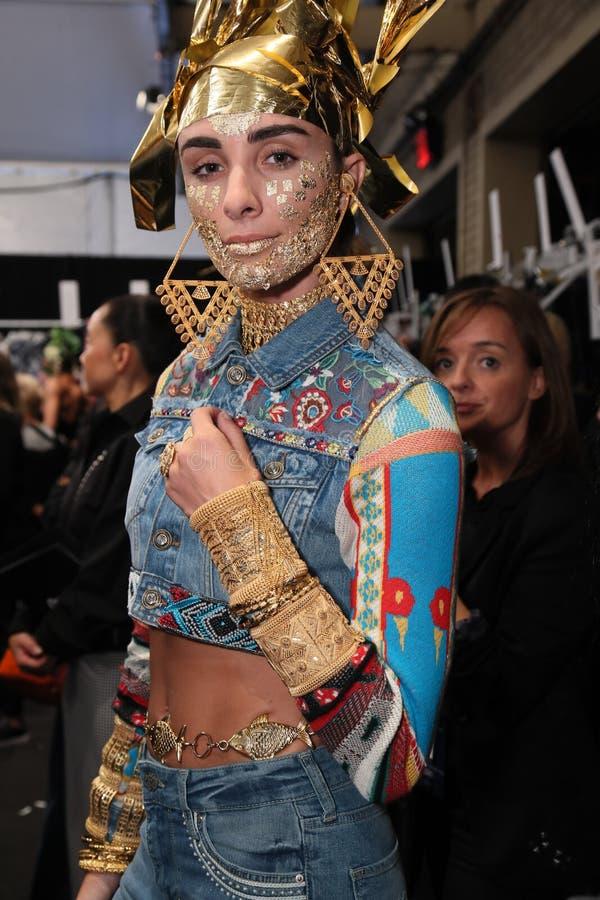 Modela pozować zakulisowy przed Desigual pokazem mody zdjęcia royalty free