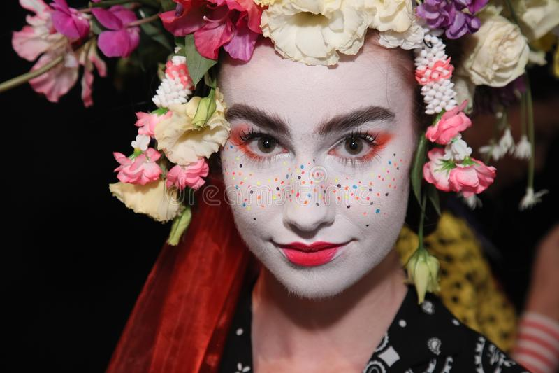 Modela pozować zakulisowy przed Desigual pokazem mody obraz royalty free