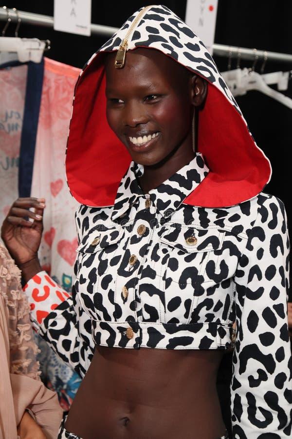 Modela pozować zakulisowy przed Desigual pokazem mody zdjęcia stock