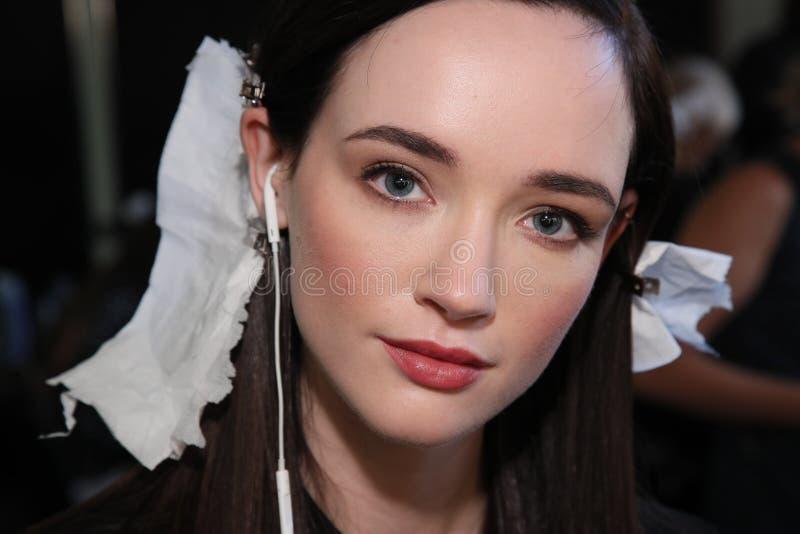 Modela pozować zakulisowy przed Pamella Roland wiosny 2018 kolekcją fotografia royalty free