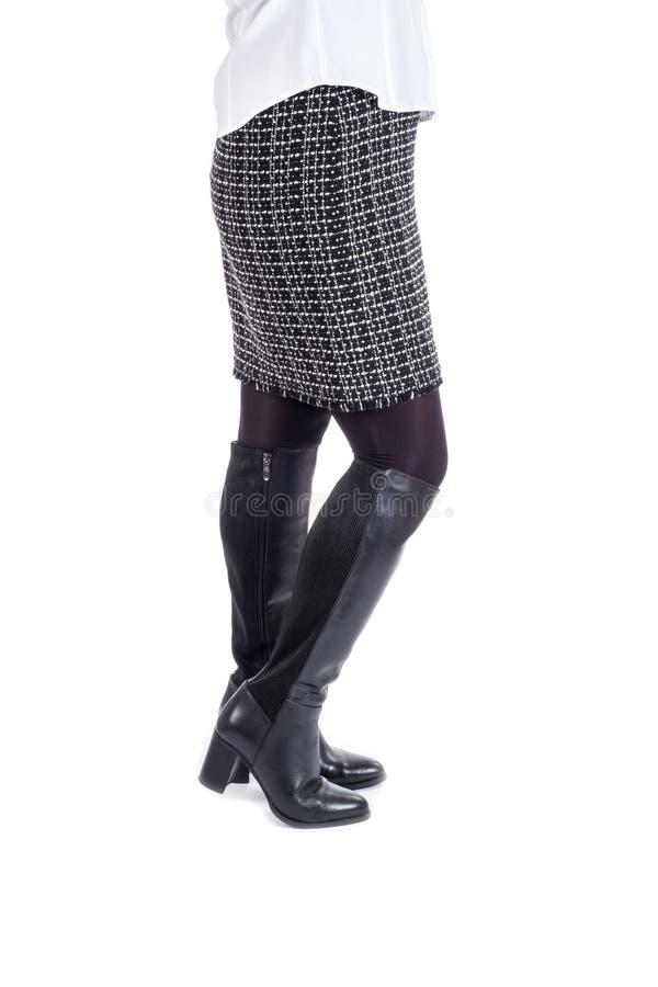 A modelagem da mulher nova Shinny botas de elevação de joelho pretas fotos de stock royalty free