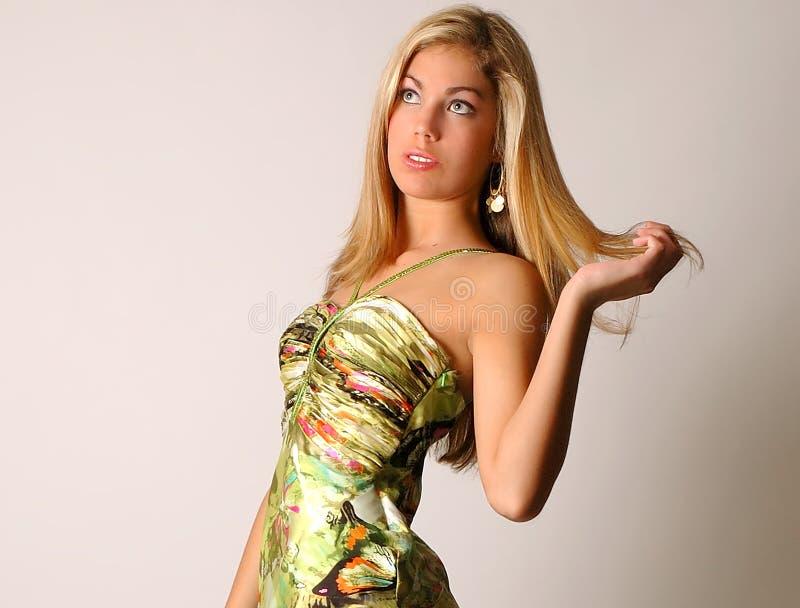 Modelagem de forma loura no estúdio imagens de stock