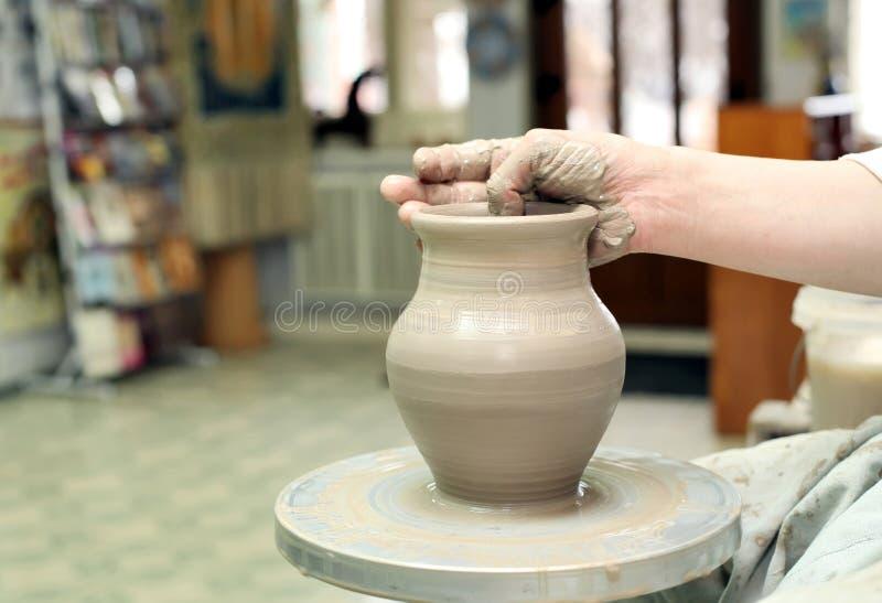 Modelarska glina handmade garnek Malujący glassware obrazy stock