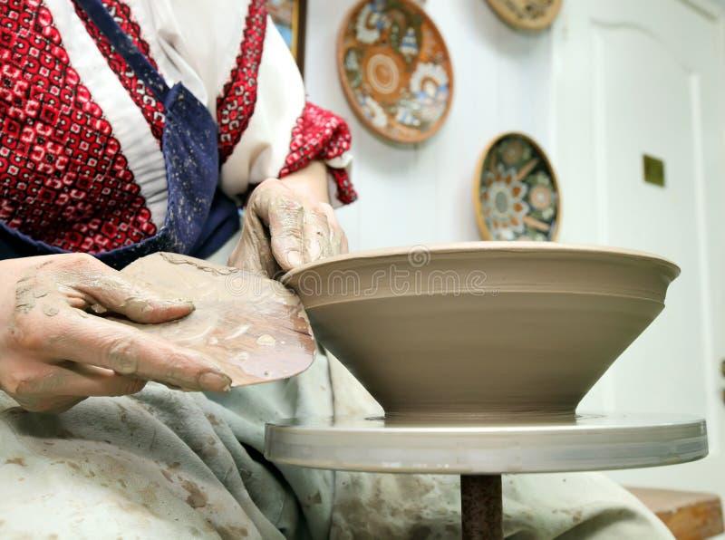 Modelarska glina handmade garnek Malujący glassware zdjęcia stock