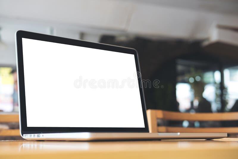 Modelbeeld van laptop met het lege witte scherm op houten lijst royalty-vrije stock foto