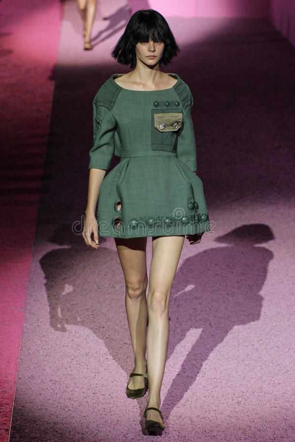 Modelcaroline loosen loopt de baan in Marc Jacobs tijdens Mercedes-Benz Fashion Week Spring 2015 stock afbeeldingen