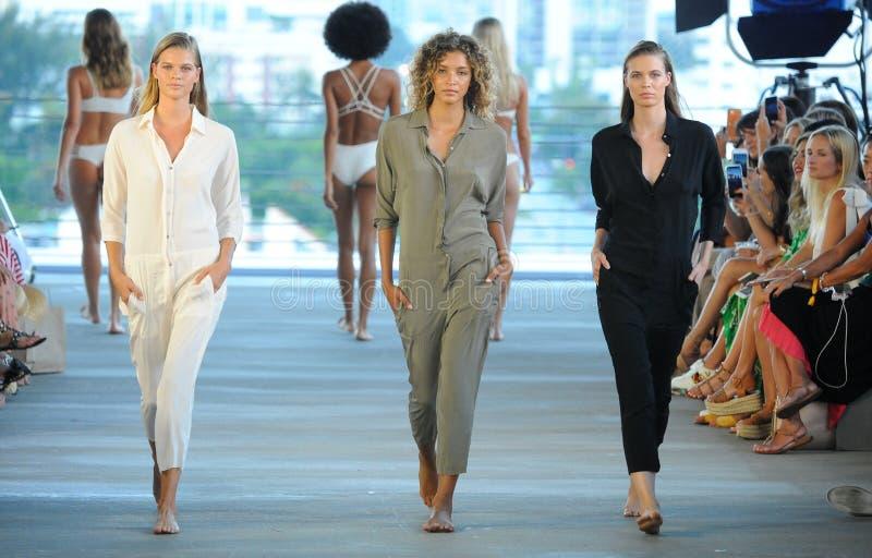 Modele chodzą pas startowego dla Akacjowego kurortu 2019 podczas Paraiso mody jarmarku fotografia royalty free