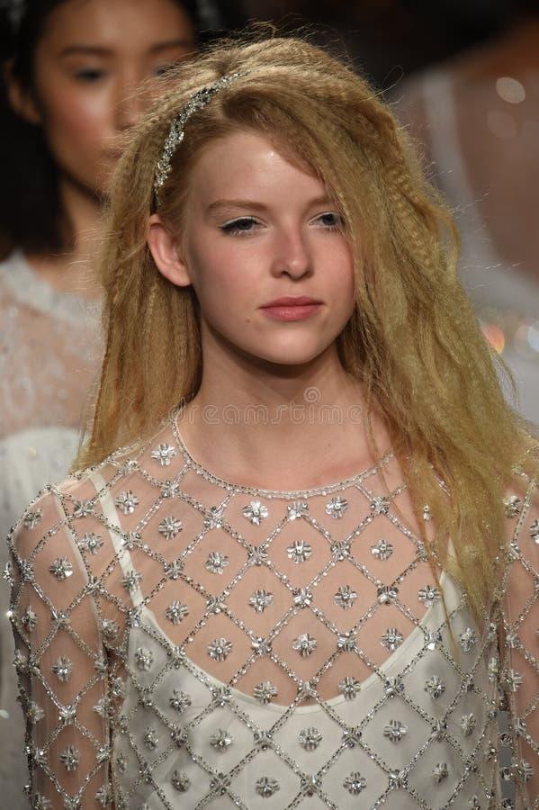 Modele chodzą pasa startowego finał podczas Jenny Packham wiosny, lata 2018 bridal inkasowego pokazu mody/ fotografia stock