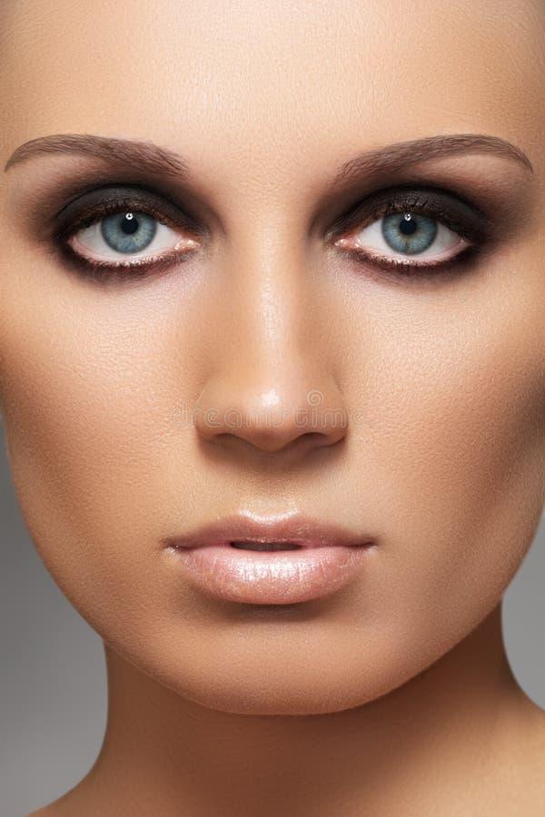 Modele com forma que os olhos fumarentos preparam & pele macia imagens de stock royalty free