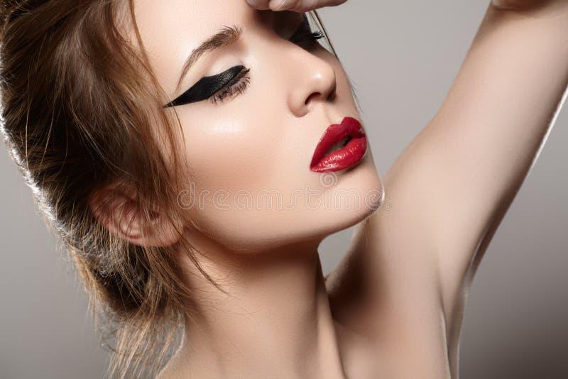 Modele com vintage que os bordos vermelhos preparam, penteado retro imagens de stock