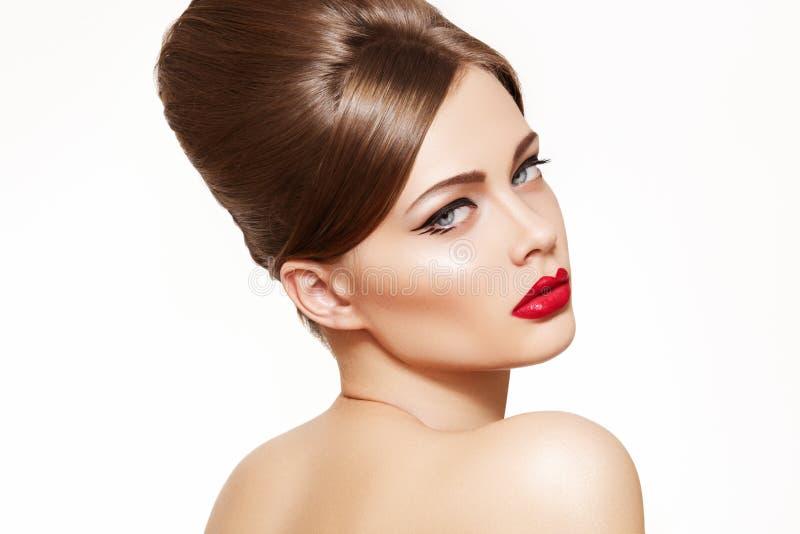 Modele con el maquillaje de la vendimia, peinado retro brillante fotos de archivo libres de regalías