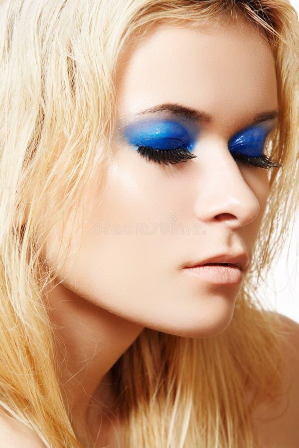 Modele con maquillaje de la manera y pestañas falsas largas foto de archivo libre de regalías