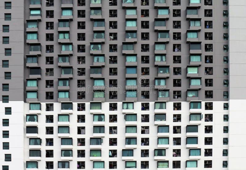 Modele a construção para a textura do projeto, construção moderna da janela do teste padrão, condomínio isolado no fundo branco,  imagens de stock royalty free