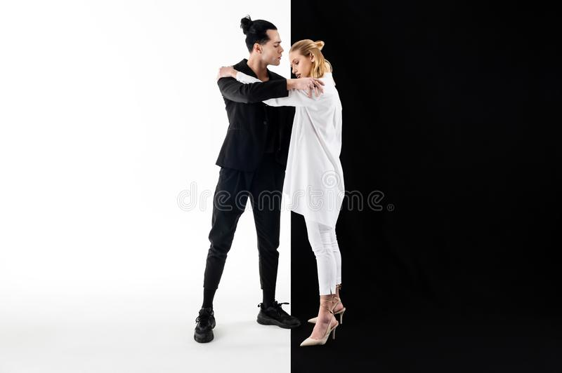 Modele jest ubranym bielu i czerni ubrania ściska podczas gdy pozujący zdjęcia royalty free