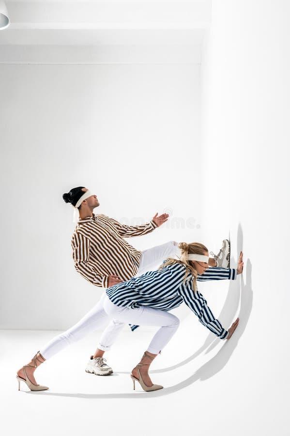 Modele jest ubranym opaski pozuje dla kreatywnie spoważnienie fotografii sesji obrazy royalty free