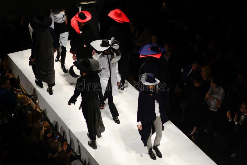 Modele na wybiegu podczas pokazu mody fotografia stock