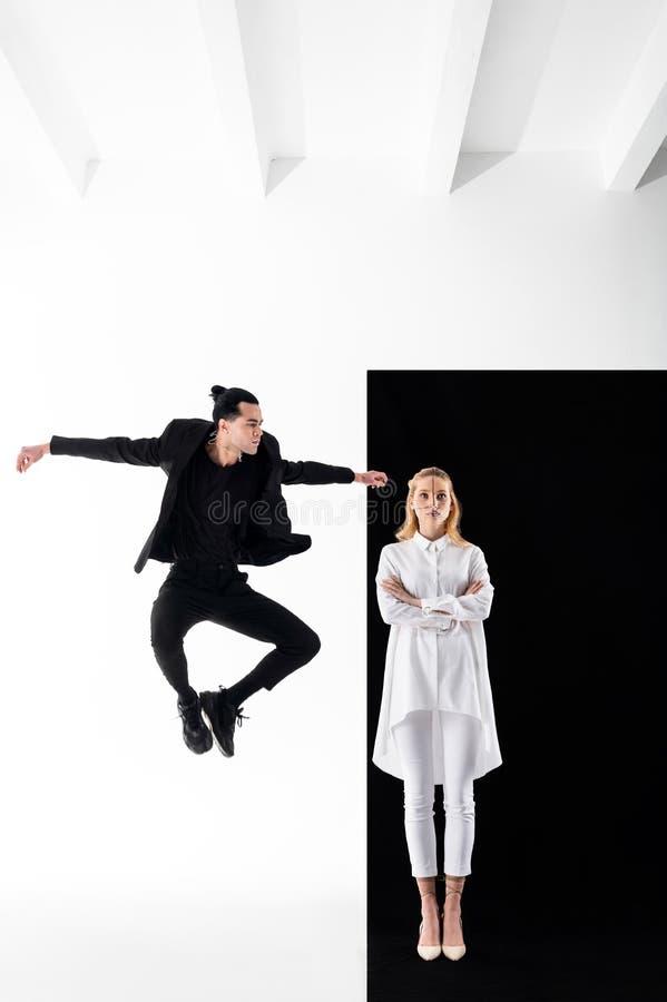 Modele pokazuje ładne pozy w yin i Yang fotografii sesji zdjęcie stock