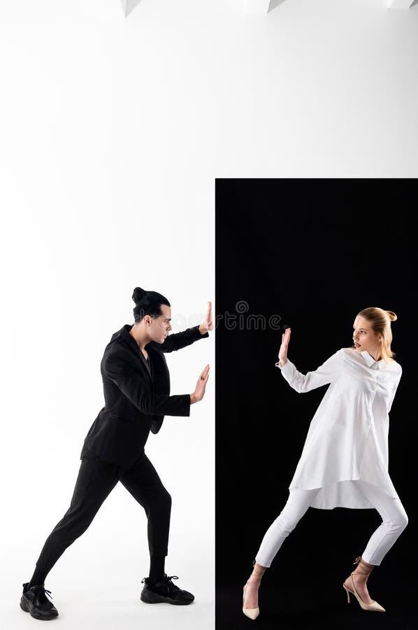 Modele pozuje w yin i Yang wizerunki zbliżają czarny i biały tło zdjęcie royalty free