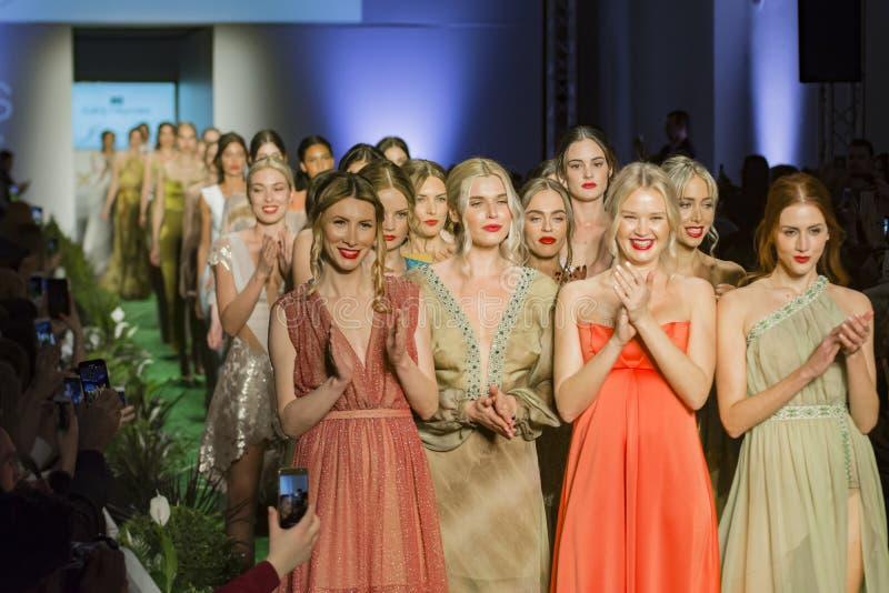 Modele Przy końcówką pokaz mody obraz royalty free