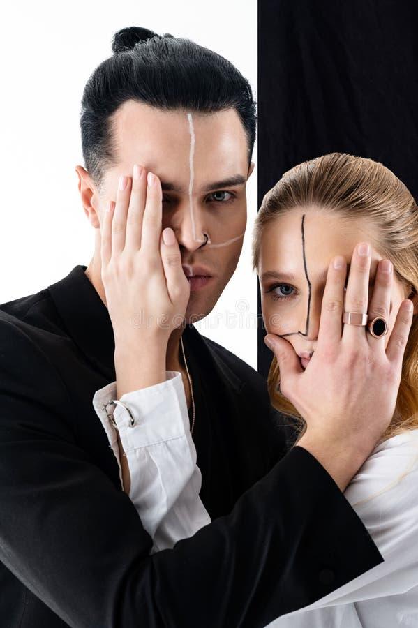 Modele w czarny i biały wizerunkach zamyka oczy each inny zdjęcia stock