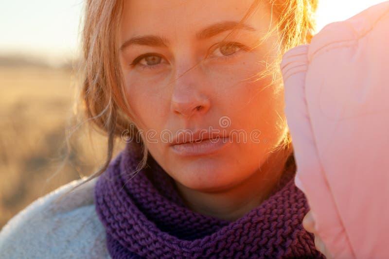 Modelebensstilporträt der jungen modischen Frau stockfotos