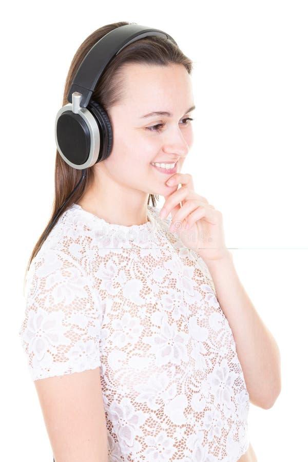 Modelebensstilporträt des jugendlich hörenden Musikkopfhörers der jungen glücklichen hübschen Frau stockbild