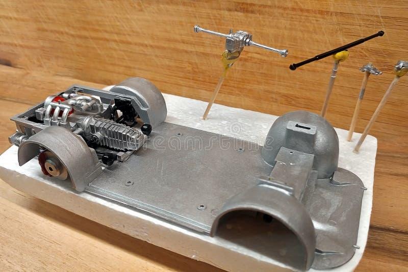 modeler Établissez un modèle d'échelle de la voiture Le moteur avec l'échappement, la boîte de vitesse et la suspension sont pein photo libre de droits