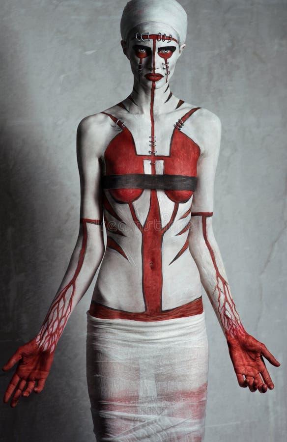 Modelez avec l'art de corps rouge et blanc créatif photographie stock