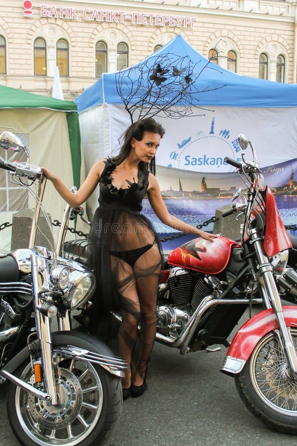 Download Modelez Dans Une Robe Transparente Posant Dans Une Moto Rouge Image stock éditorial - Image du femelles, vitesse: 77155044
