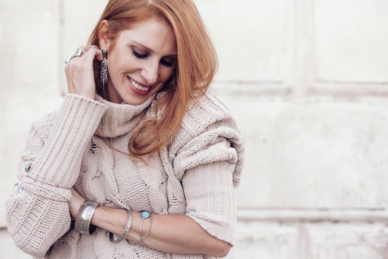 Modelez en chandail de chute et bijoux confortables de boho photographie stock libre de droits
