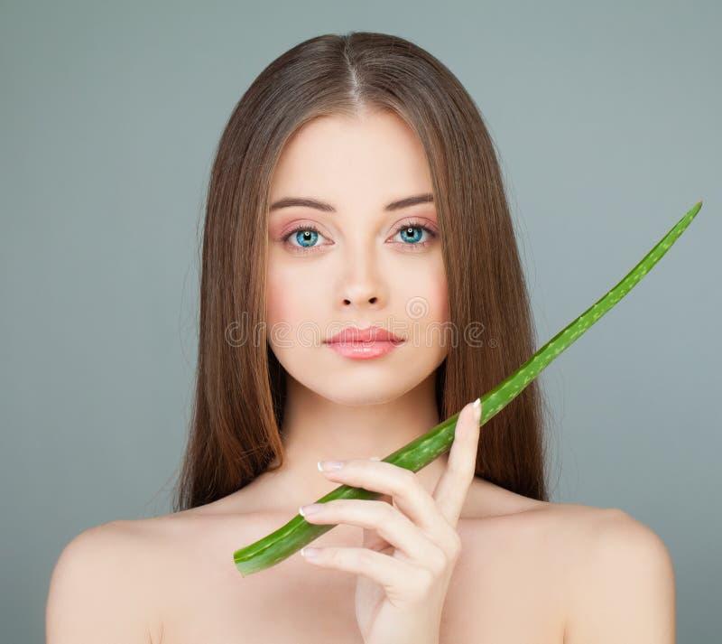 Modelgirl holding green-Aloëblad De zorgconcept van de huid royalty-vrije stock fotografie