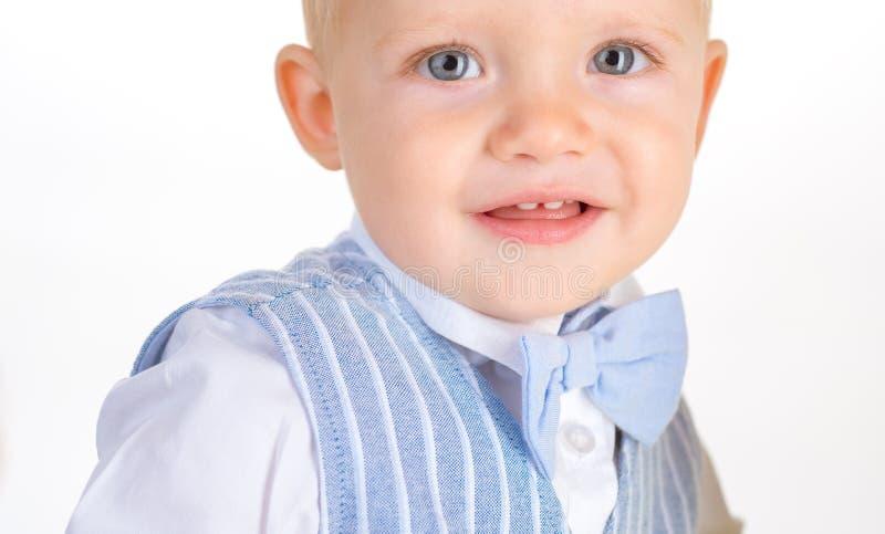 Modeliebhaber Kleines Kinderglückliches Lächeln Modejunge Jungenkind mit Modeblick Kleines Baby in der modernen Abnutzung stockbilder