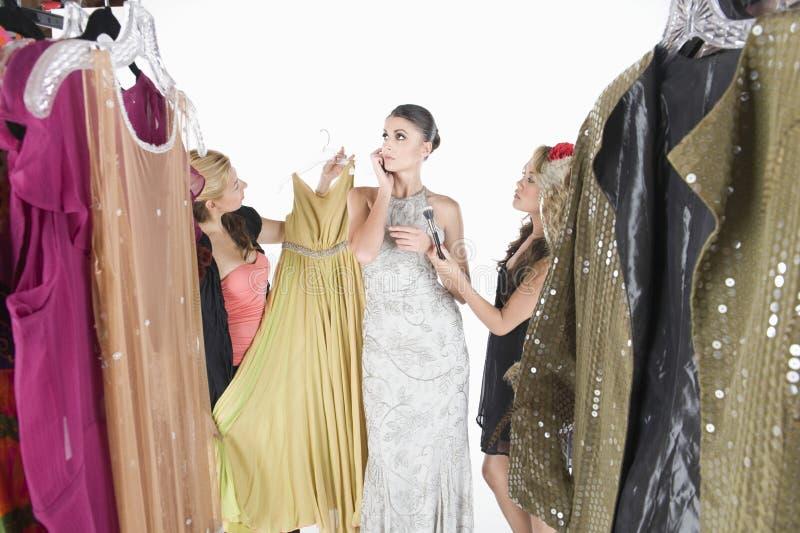 Modelignoring wardrobe assistants  royalty-vrije stock fotografie