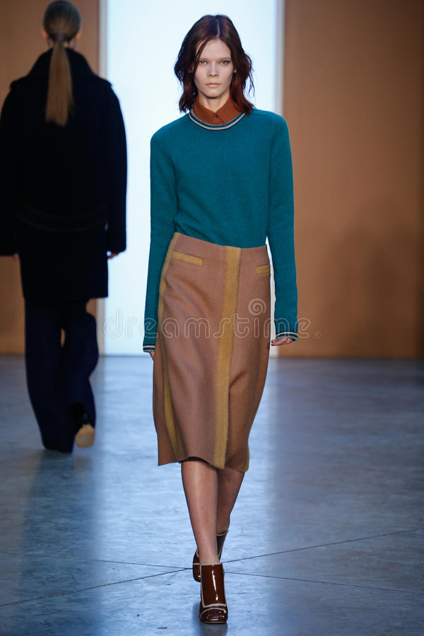 Modelirina kravchenko loopt de baan in Derek Lam Fashion Show tijdens MBFW-Daling 2015 royalty-vrije stock fotografie
