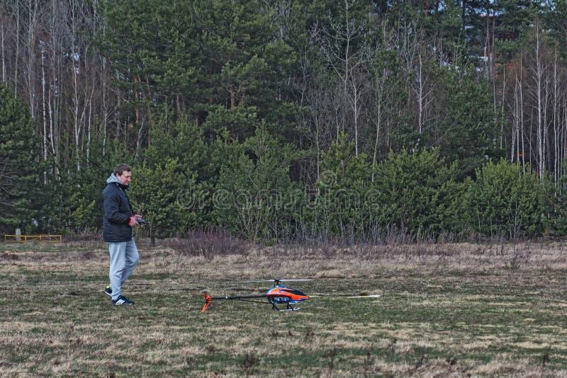 Modelist avec un modèle d'un hélicoptère radioguidé image libre de droits