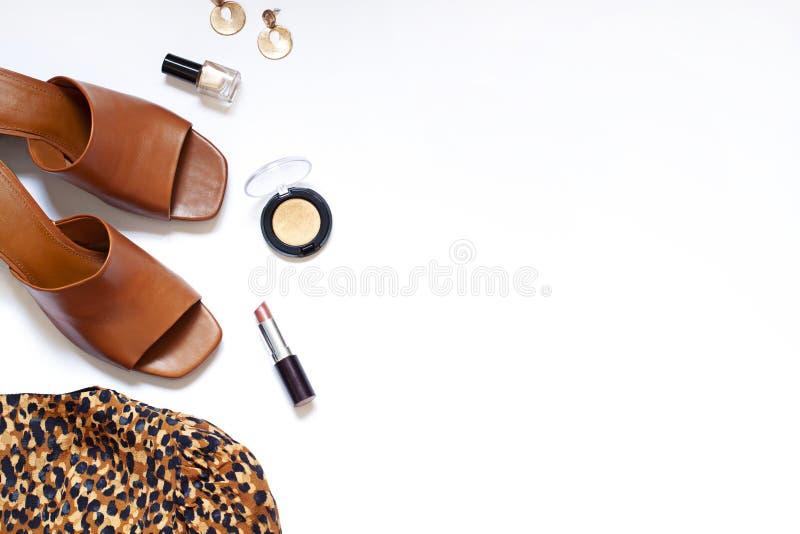 Modelivsstillägenheten lägger på den vita bakgrunden Bästa sikt för kläder- och tillbehörbegrepp arkivfoton