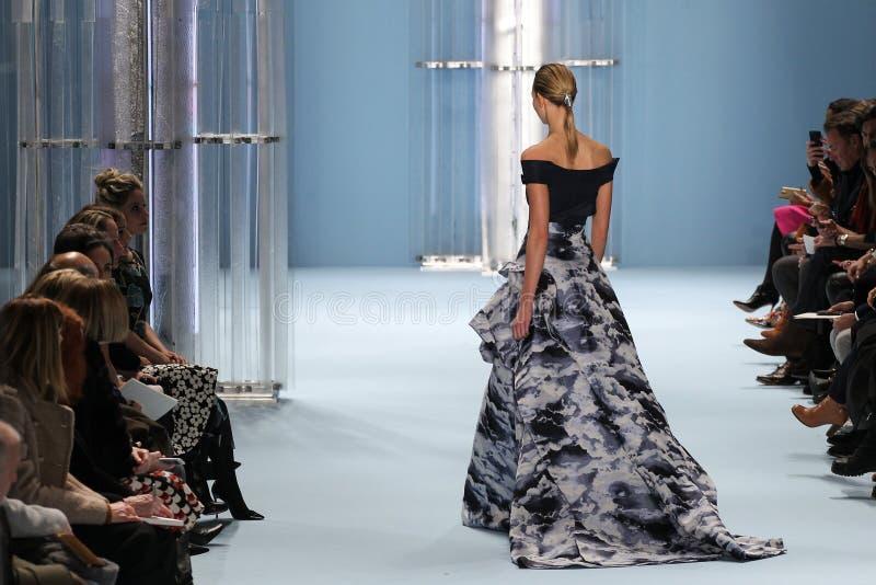 Modelkarlie kloss loopt de baan die de Inzameling van Carolina Herrera Fall dragen 2015 stock foto's