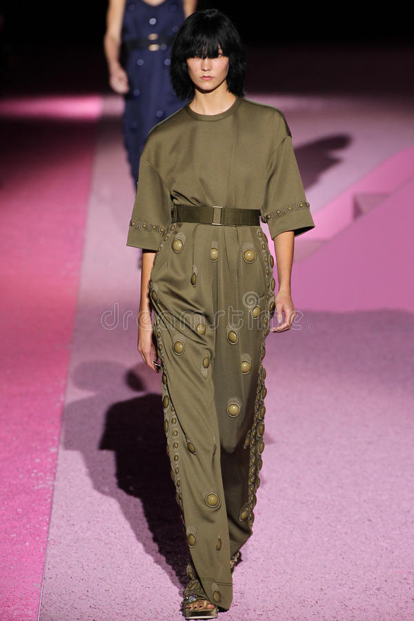 Modelkarlie kloss loopt de baan in Marc Jacobs tijdens Mercedes-Benz Fashion Week Spring 2015 stock afbeelding